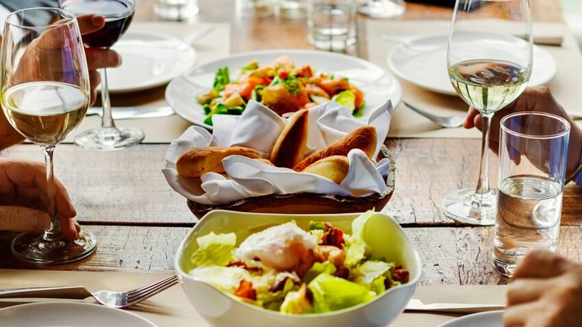 Dîner entre amis : les stratégies pour limiter la facture calorique