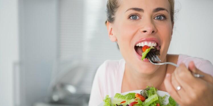 Pourquoi les femmes préfèrent la salade ? A cause des stéréotypes !