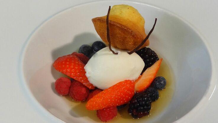 Nage de fruits rouges aux épices, sorbet fromage blanc et madeleine au zeste d'orange