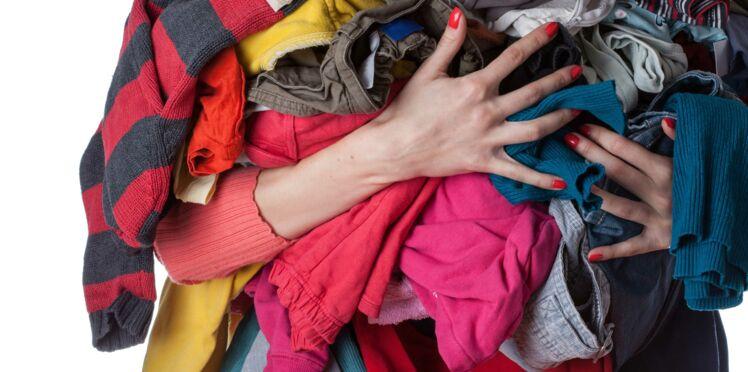 8 astuces pour avoir des vêtements non froissés sans repassage