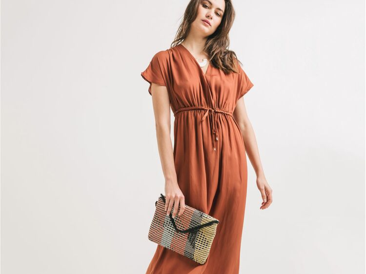 Robe longue sur femme petite