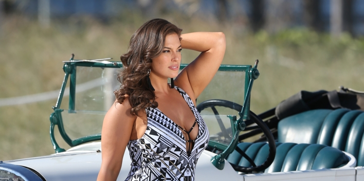 Ashley Graham assume sa cellulite et s'affiche sans retouche pour sa ligne de maillots de bain