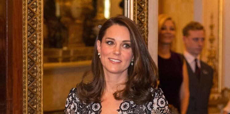 Kate Middleton, enceinte, elle affiche son baby bump imposant en robe florale moulante