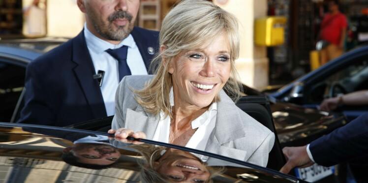 Photo - Brigitte Macron, star du défilé Dior en chemise blanche et veste gris perle