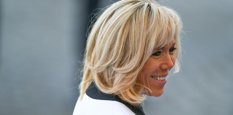 Brigitte Macron en jean et top blanc pour recevoir Brigitte Bardot à l'Elysée