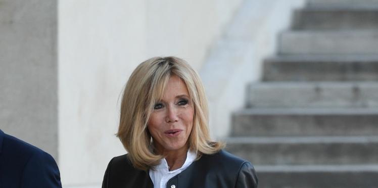 Brigitte Macron retourne à son look rock et chic en jean