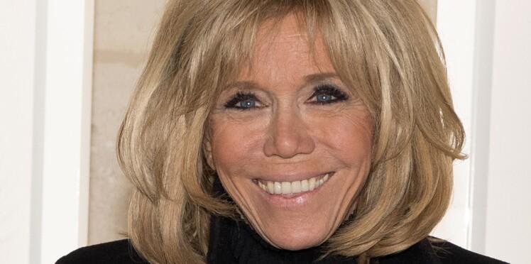Brigitte Macron ose pour la première fois le manteau beige en daim au salon du Livre