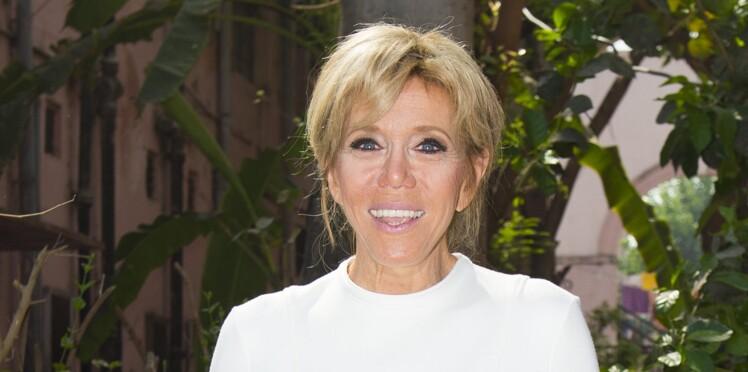 Brigitte Macron ose le tailleur pantalon coloré