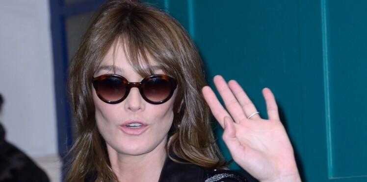 Carla Bruni, filiforme en jean et blouson en cuir rock au défilé Valentino