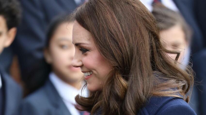 Kate Middleton affiche son baby bump en manteau bleu