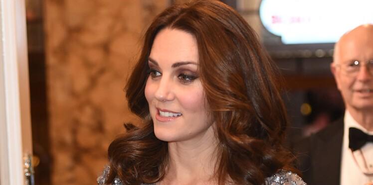 Photos - Kate Middleton affiche son baby bump dans une magnifique robe bleue à sequins