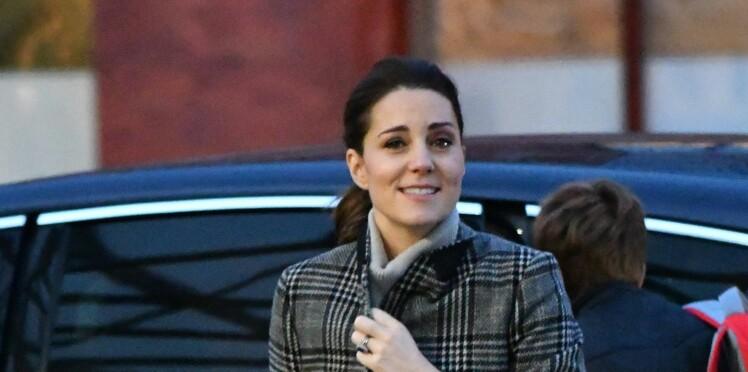 PHOTOS – Kate Middleton, enceinte et chic dans un manteau Zara à 99,95€