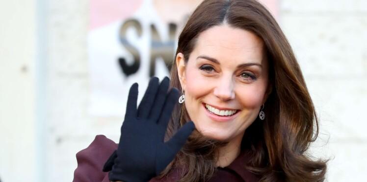 Kate Middleton, enceinte et ultra chic en ensemble bleu marine qui affiche son ventre très rond