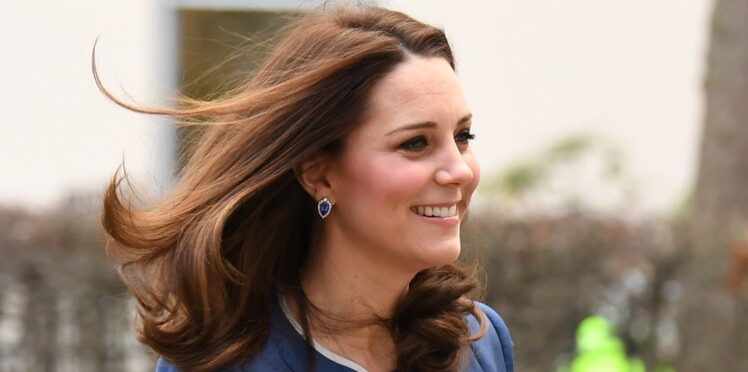 Kate Middleton, enceinte, elle affiche un ventre plus rond que jamais en robe bleue