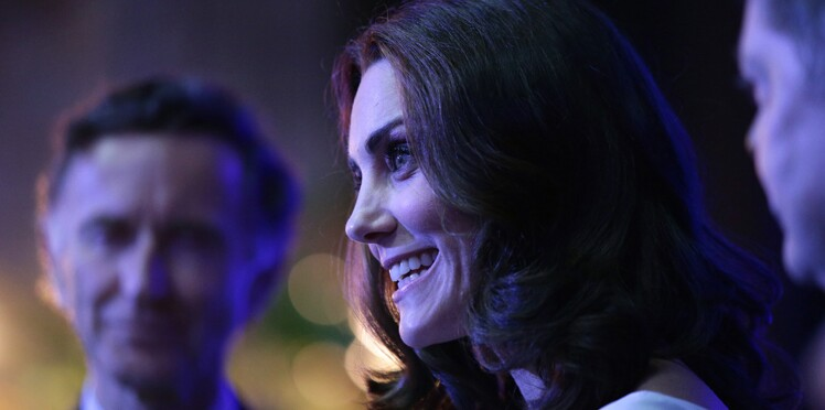 Photos - Kate Middleton, filiforme et divine, en robe bleue