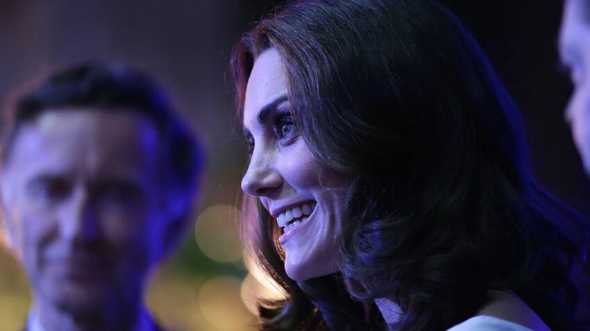 Photos - Kate Middleton, filiforme et divine, en robe bleue