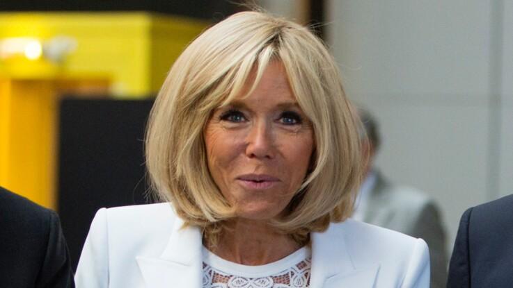 Brigitte Macron très estivale en blanc et top dentelle