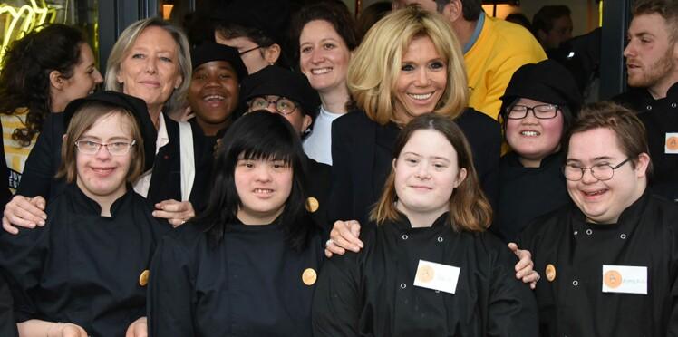 Brigitte Macron choisit un look chic et sobre pour inaugurer un coffee-shop tenu par des handicapés mentaux