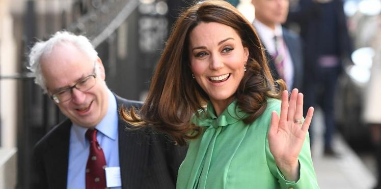 Kate Middleton, très enceinte, s'offre un look inhabituel à Londres