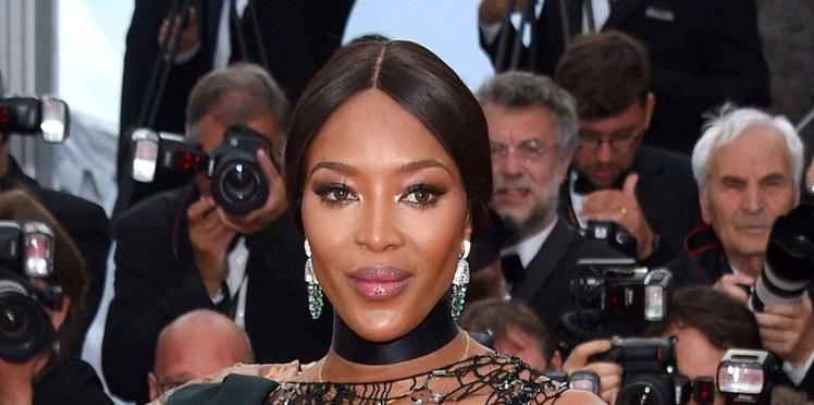 Naomi Campbell dévoile sa poitrine dans une robe drapée au décolleté surprenant