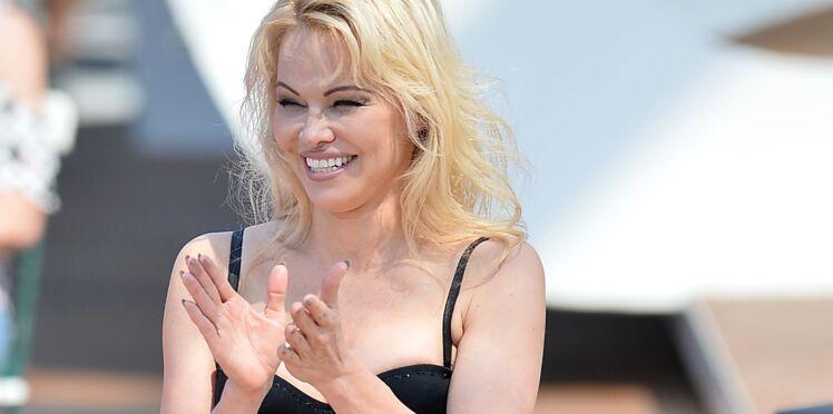 Pamela Anderson : en vacances avec Adil Rami, elle ose un décolleté plus que plongeant