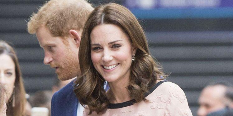 Photos - Kate Middleton : enceinte et radieuse dans sa robe à petit prix