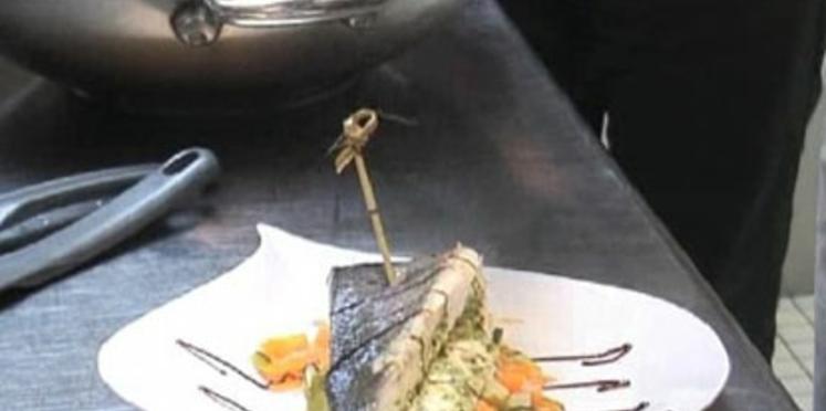 Filet de bar en vapeur de citronnelle, pesto sous la peau et wok de légumes croquants