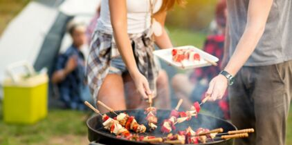 Coloriage Fille Barbecue.10 Astuces Pour Nettoyer Son Barbecue Femme Actuelle Le Mag
