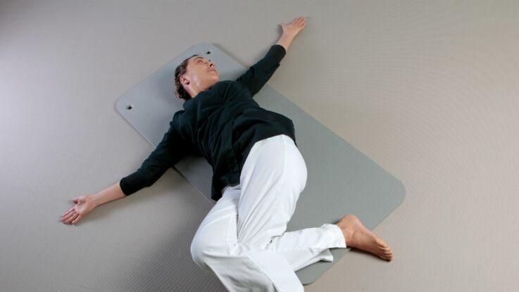 Yoga du soir pour mieux dormir : la posture du crocodile