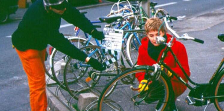 AXA distribue des trousses de sécurité aux cyclistes