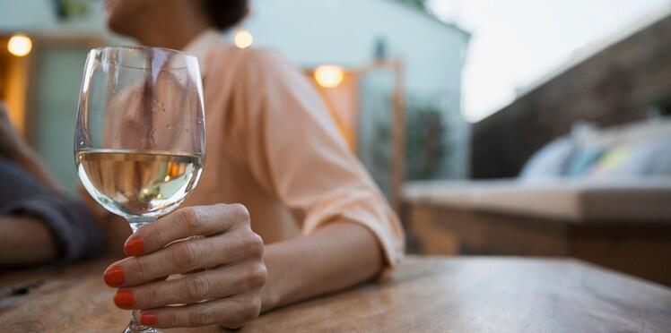 Cancer du sein : un seul verre de vin par jour augmenterait les risques