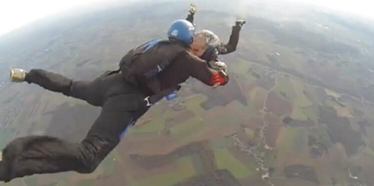 Cancer : un parachutiste se fait raser la tête en pleine chute libre