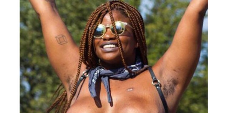 Après une double mastectomie, elle pose topless lors d'un festival