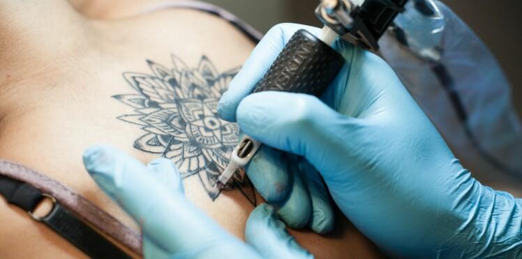 L'encre des tatouages s'infiltre jusque dans les ganglions: quels risques pour la santé?