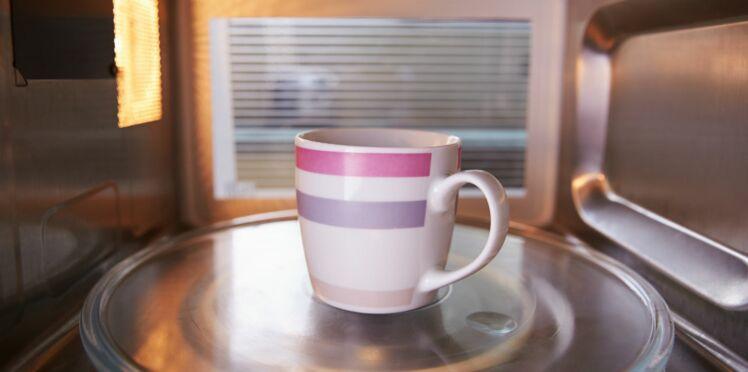 Non, faire chauffer le thé au micro-ondes n'est pas (totalement) une hérésie