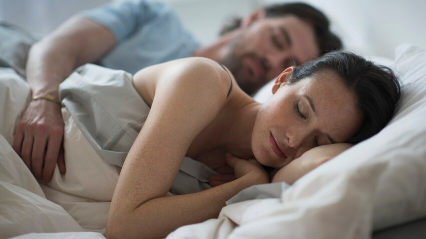 Dormir du côté gauche du lit rendrait de bonne humeur le matin
