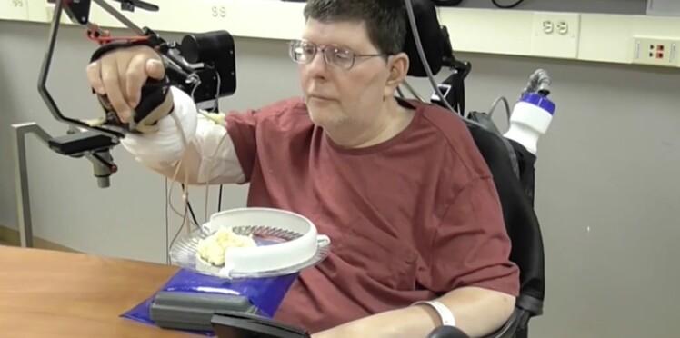 Tétraplégique, il parvient à bouger sa main et son bras à l'aide d'une neuroprothèse