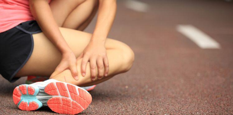 Un sportif victime d'une crampe musculaire extrêmement violente