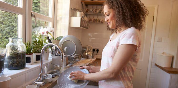 Mal de dos : les bonnes postures pour faire la vaisselle