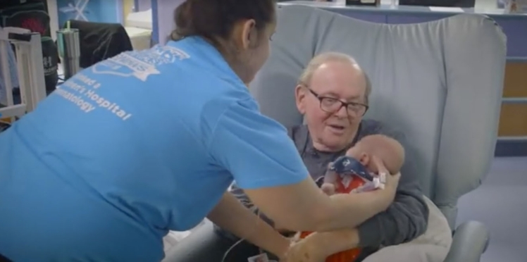 Vidéo - Le grand-père qui fait craquer les Américains en câlinant des enfants hospitalisés
