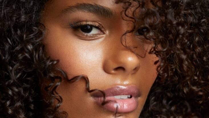 Tina Kunakey : son wedding look signé Marc Jacobs Beauty