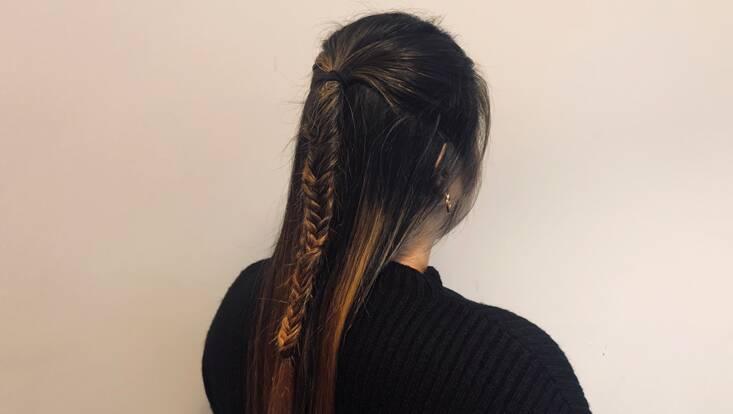 Tuto cheveux longs : comment réaliser une demi-tresse en queue de poisson