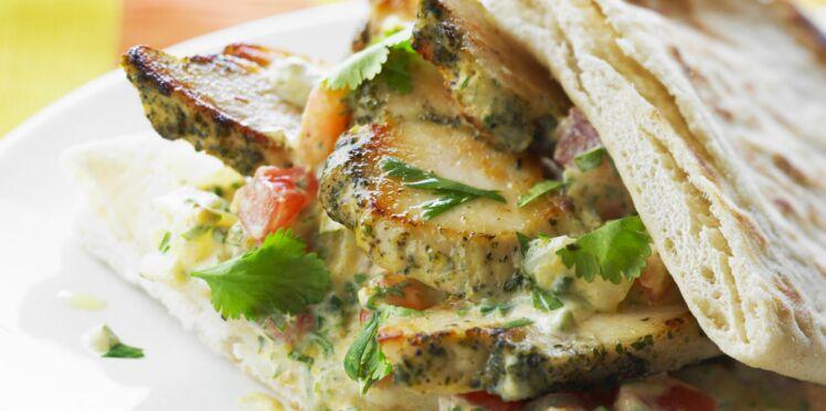 Poulet mariné en sandwich frais au pain pita