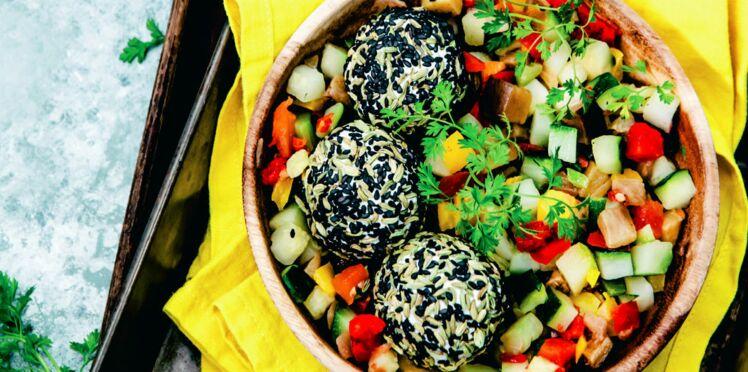 Roulés de chèvre frais aux graines de fenouil et sésame, poêlée de légumes