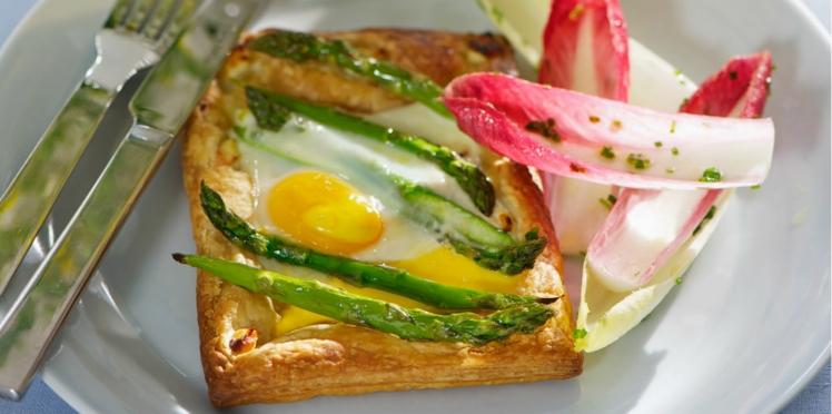 Feuilletés d'asperges et œufs au plat