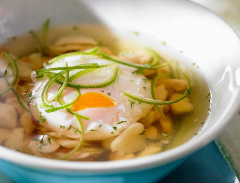 Bouillon à l'œuf, poulet et miettes de crabe