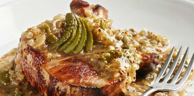 Côtes de porc aux échalotes et cornichons