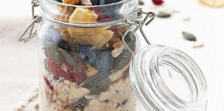 Müesli aux noix et aux graines accompagné de yaourt nature et de baies