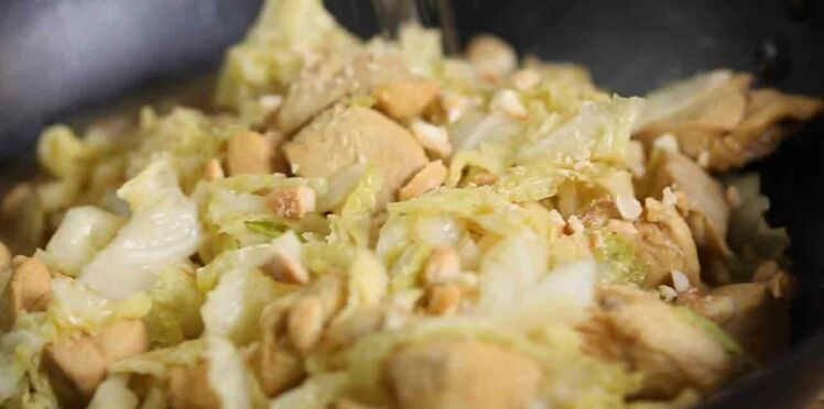 Wok de chou vert poulet et noix de cajou