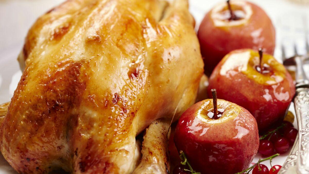 Poularde farcie au pain d'épices, pommes rôties et groseilles